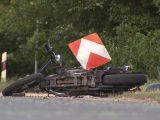 VIDEÓ: Közlekedési tábla vágta le egy nő lábát, amikor motorjukkal hatalmasat repültek egy bicskei körforgalomban