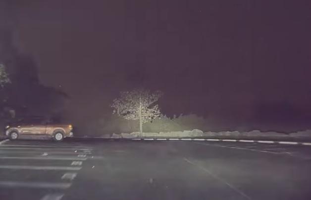 VIDEÓ: Ki akarta próbálni a parkolófiú hogyan gyorsul egy Tesla – Nem kellett volna