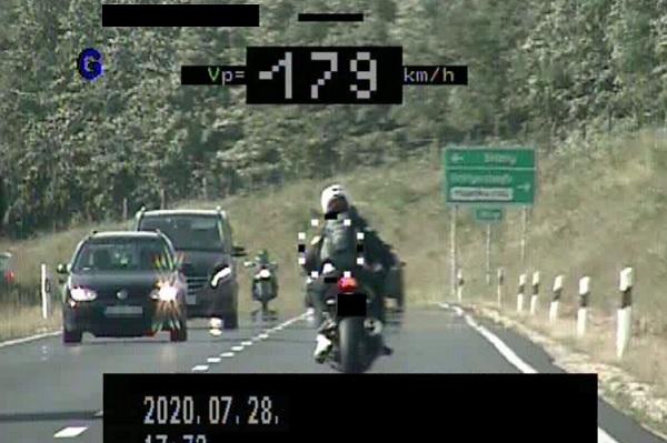 90 km/h helyett 179 km/h-val száguldó motorost fogtak sárvárnál – Kiderült, hogy a sofőrnek nincs is jogsija a vezetett motorra
