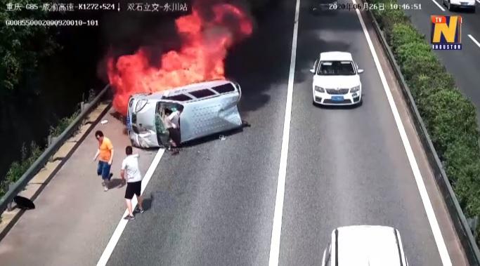 VIDEÓ: Pillanatok alatt borult lángba a balesetező autó – Egyetlen ember állt meg segíteni