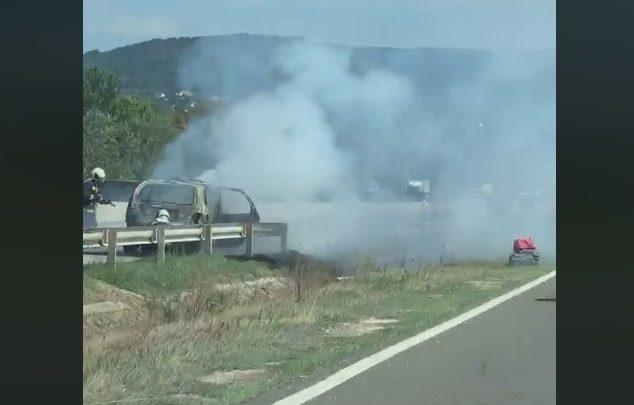 FOTÓK: Kigyulladt és teljes terjedelmében lángol egy autó az M7-es autópályán, a törökbálinti lehajtó közelében