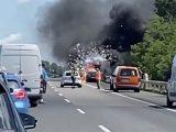 VIDEÓ: Robbanás, óriási füsttel kiégés az M7-esen. Egy autó végső pusztulása, testközelből :(