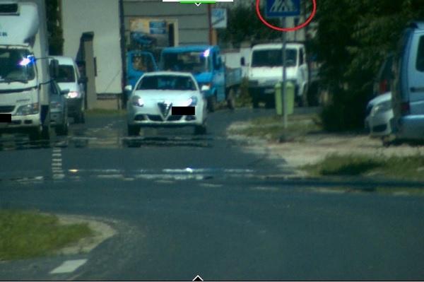 FOTÓK: 50-es táblánál 93 km/h-val előzött zebrán a szombathelyi autós
