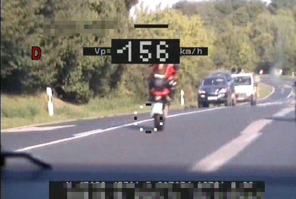 FOTÓK: Gyorshajtó motoros ütközött figyelmetlen autóssal – A motorost előtte lévő nap is bemérték, 236 km/órával hasított