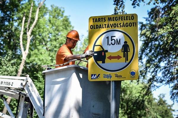 FOTÓK: Így néz ki az a bizonyos 1,5 m távolságra figyelmeztető új tábla