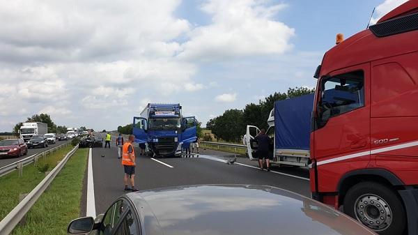 FOTÓK: Átszakította a szalagkorlátot, majd összeütközött egy személyautóval egy teherautós az M3-ason