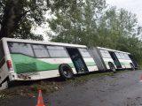 FOTÓK: Elkötött egy csuklós buszt egy 19 éves férfi, majd az árokban kötött ki a járművel