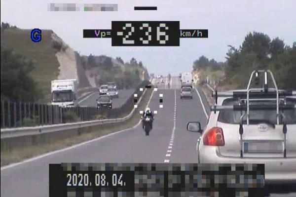 Azt mondta a rendőröknek, szerinte biztonságosan közlekedett – 236 km/h-val mérték be a motorost