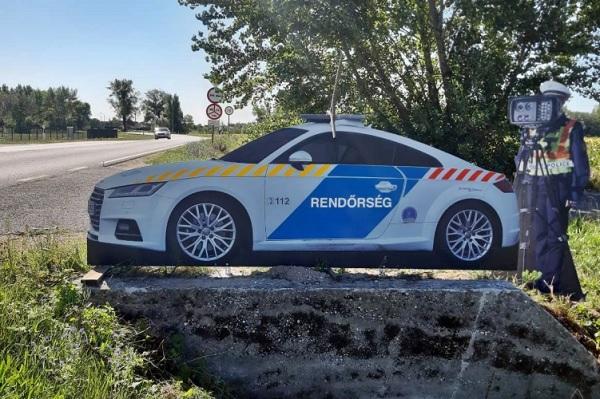 """Életnagyságú """"traffipaxozó rendőr"""" táblát telepített a rendőrség a 81-es számú főút megyei szakaszán"""