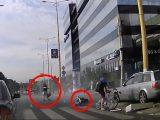 Kamera rögzítette, ahogy a lámpát kidöntve majdnem elgázol két embert az Audis, a MOM Parknál