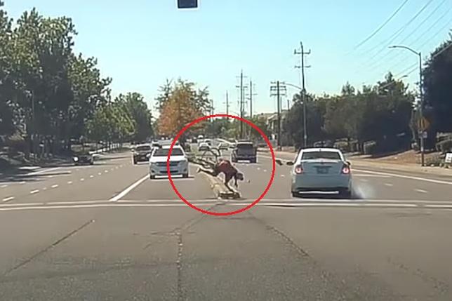 VIDEÓ: Hatalmasat ütközött autós és biciklis, majd mindkettő továbbállt, mintha mi sem történt volna