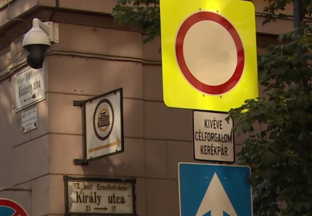 VIDEÓ: Dühös autósok és káosz  – Ezt okozta a bulinegyedben bevezetett ideiglenes forgalmi rend