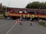 VIDEÓ: Igaz, már a piroson, de ment volna át a vasúti átjárón a teherautó, ám nem fért el