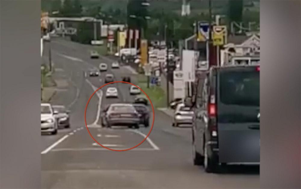 Videón, ahogy mindent IS előz ez az autós Pécsvárad felé