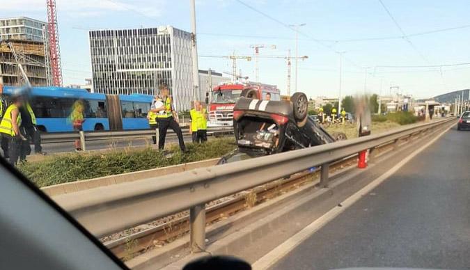 Káosz a Rákóczi hídnál. Felborult egy autó