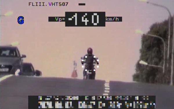 140 km/h-val hajtott a motoros lakott területen belül – 300 ezres bírsággal jutalmazták a rendőrök