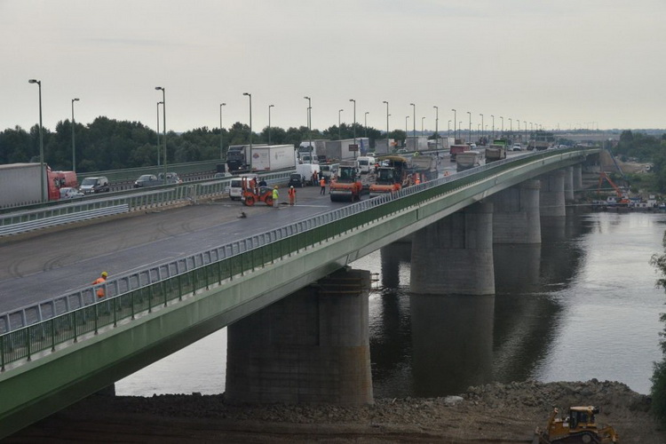 Iskolakezdésre 2×3 sávra megnyithatják a hárosi Duna-hidat