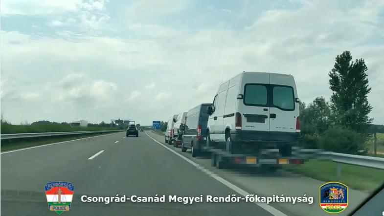 VIDEÓ: M5 – Kisbusz a kisbusz trélerén, aztán heveder-kisbusz és újabb tréler, persze rajta kisbusszal