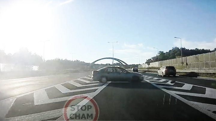 VIDEÓ: A sztrádán kapott infarktust a sofőr, az utasa sem tudott reagálni. Hatalmas ütközéssorozat lett a vége