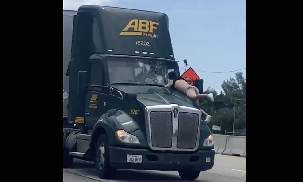 VIDEÓ: A rendőrök állítják, egy autós vezetés közben egyszerűen megőrült…