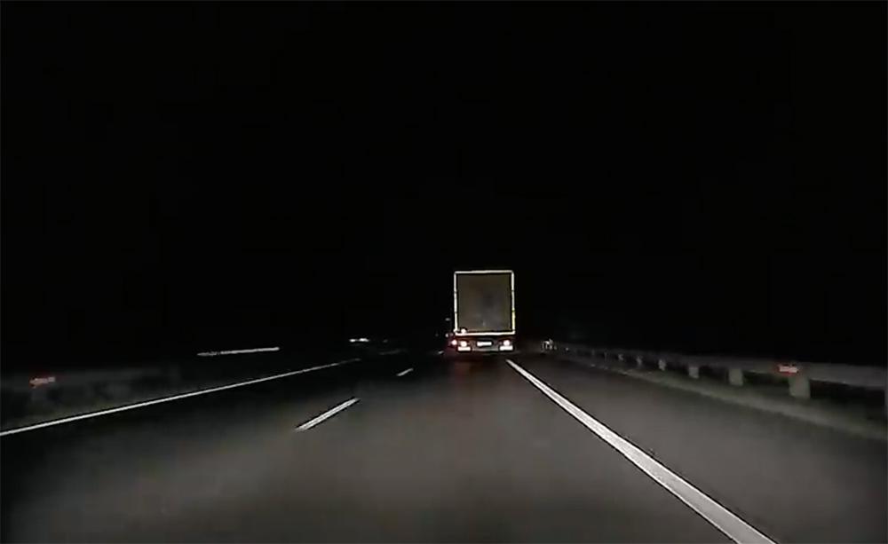 VIDEÓ: Olyan részeg volt, hogy a sávját sem tudta tartani az M1-esen a kamionos