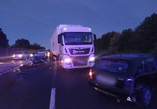 Jó reflexek és fejlett technika – Nagy pusztítást okozhatott volna a kamionos a tegnapi M7-esen történt balesetnél