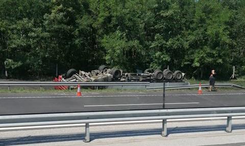 Felborult egy kamion az M3-as autópályán