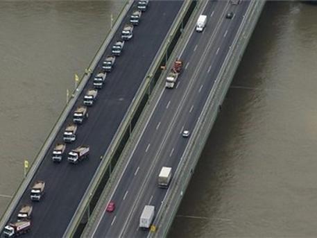 Ez a baj az M0-s autóúton a felújított, majd lezárt Hárosi-híddal