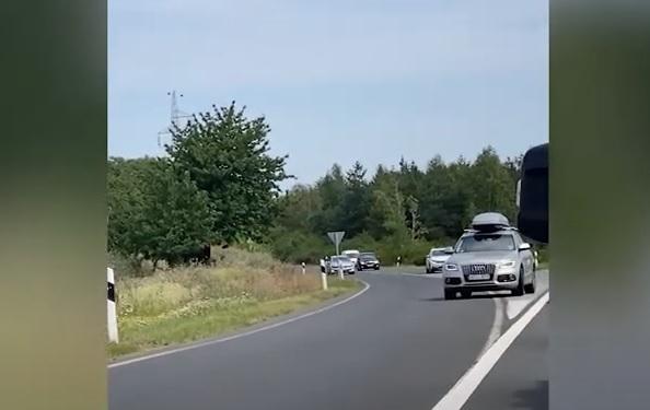 Pár autós úgy gondolta, mégsem áll a baleset miatt kialakult dugóban – Tolatni kezdtek az M3-as autópálya felhajtóján