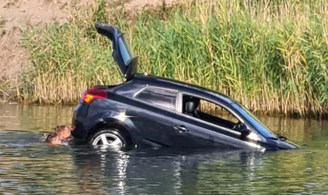 FOTÓK: Nagy sebességgel közlekedett, majd kézifékes farolás után a Mályi-tóban landolt egy autós