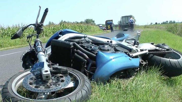 VIDEÓ: Áthajtott a kamion a motoroson, aki egy előzés után csapódott annak frontálisan