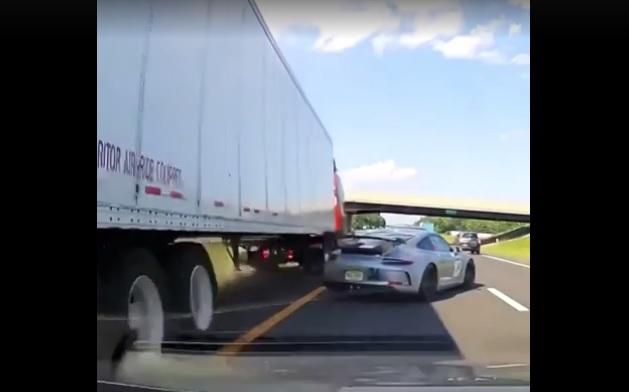 VIDEÓ: Hatalmasat mentett a Porsche sofőrje – Ezért érdemes a tükörbe nézni, ha megáll a sor