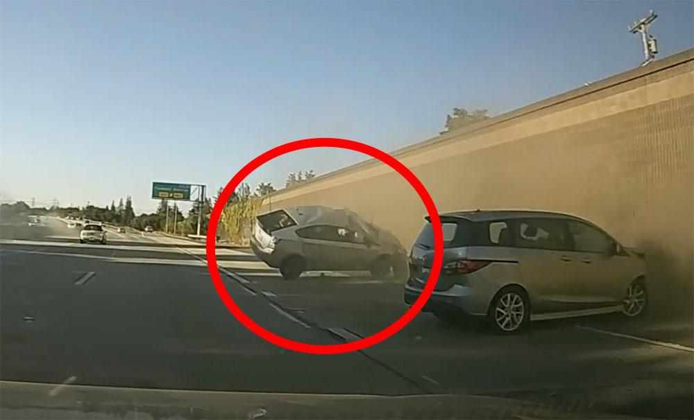 VIDEÓ: Kétszer pördült meg a levegőben a Prius, amire szándékosan ráhúzták a kormányt