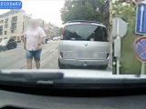 """VIDEÓ: Balhé lett, mert elszabta a sávot a Renault sofőrje.  Sokat segít ilyenkor egy """"Elnézést!"""""""