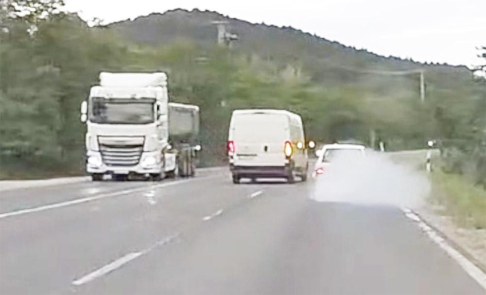 VIDEÓ: A 10-es úton köddé váló Suzuki és a nem szimpatikus furgonos esete