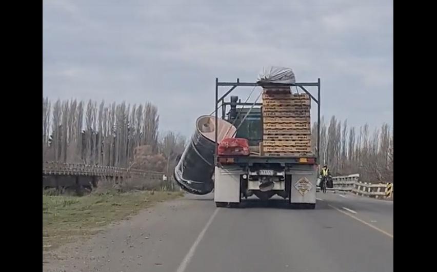 """VIDEÓ: Semmi nem tűnt fel a sofőrnek a rakománnyal kapcsolatban, aztán """"jött a híd""""…"""