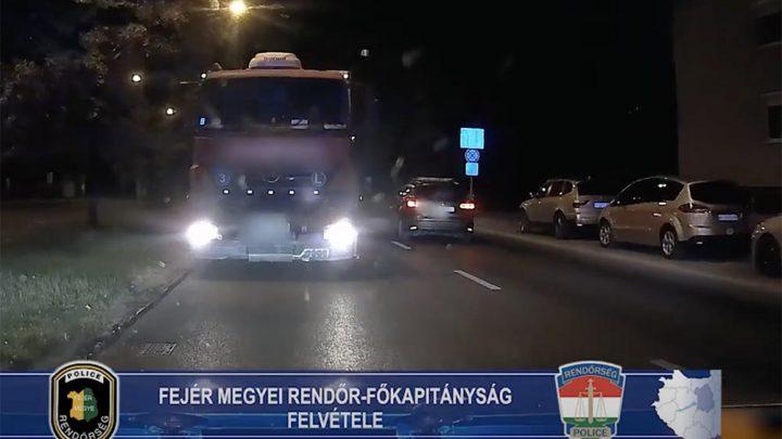 Videón, ahogy forgalommal szemben haladó teherautót fognak a székesfehérvári rendőrök