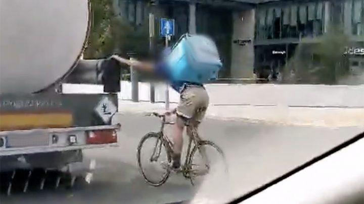 VIDEÓ: Tartálykocsiba kapaszkodva száguldott a Váci úton a bringás
