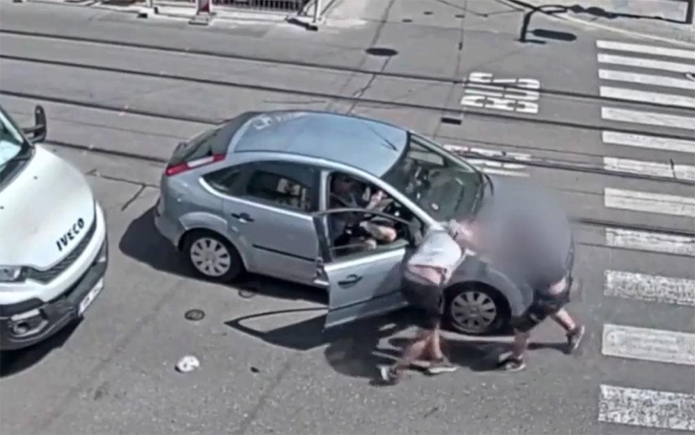 """VIDEÓ: """"Kemény"""" bunyó kerekedett, mert nem engedték a Ford sofőrjét besorolni"""