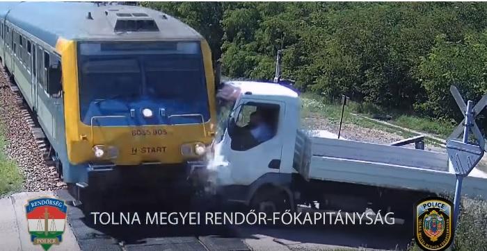 VIDEÓ: A tilos jelzés ellenére, teljes nyugalommal hajtott a teherautós a vonat elé
