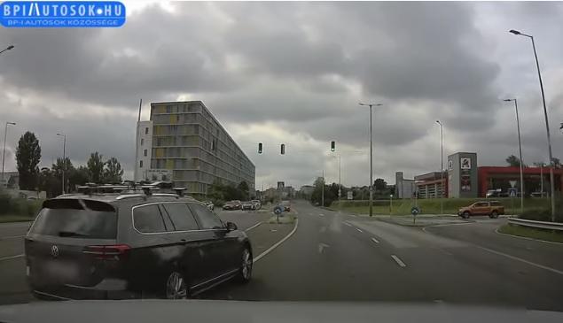 VIDEÓ: Vissza kettő padló – Ezt az autóst is maximum a betonfal állítaná meg, más nem érdekli