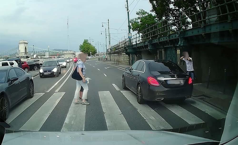 VIDEÓ: Elugrott a Mercedes elől a rakparton egy gyalogos. A sofőr tudomást sem vett a gyalogátkelőről