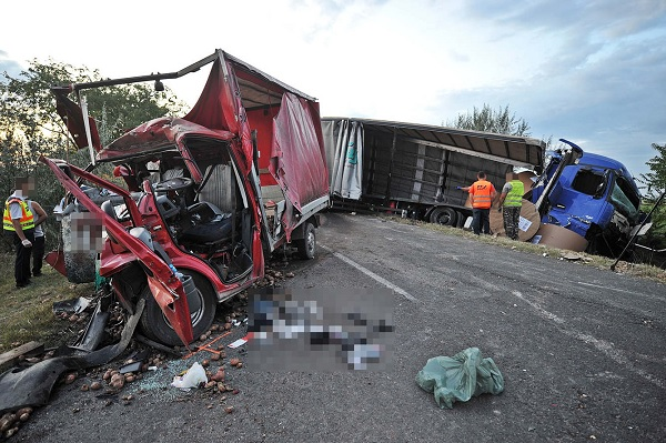FOTÓK: Durrdefekt miatt történt halálos baleset szerdán – Kamion és kisteherautó ütközött frontálisan