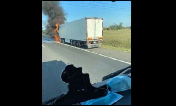 Kigyulladt egy kamion az M1-es Budapest felé vezető oldalán