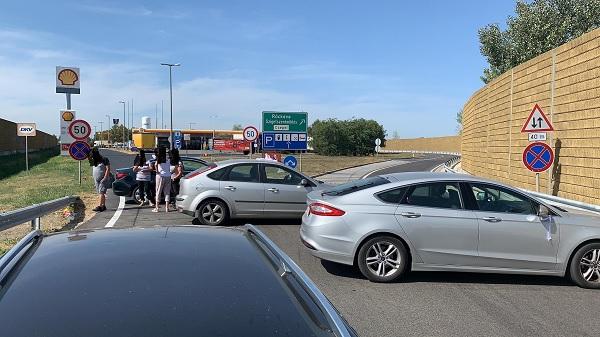 FOTÓK: Vigyázat! Random kijelölt utakat zárnak el dühös autósok – A teljes rendszerváltást követelik