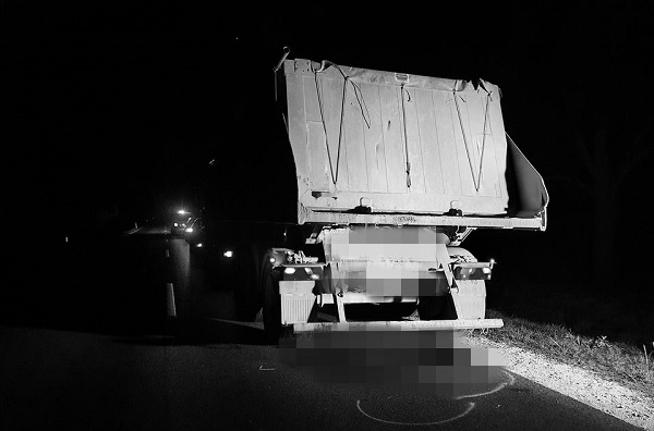 FOTÓK: Álló teherautónak hajtott egy kerékpáros – A helyszínen életét vesztette