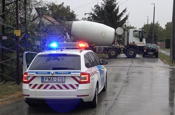 Büntetőfékezett a betonmixer előtt, erre a mixer sofőrje kiszállt és elverte az autóst – Az autós rendőrt hívott