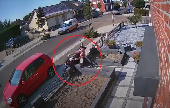 VIDEÓ: Olyat esett a félmeztelen, papucsban robogózó férfi, hogy még nézni is fáj