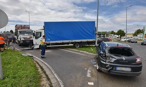 FOTÓK: Fékezés nélkül robogott a teherautós a körforgalomba – mindent letarolt, ami az útjába akadt
