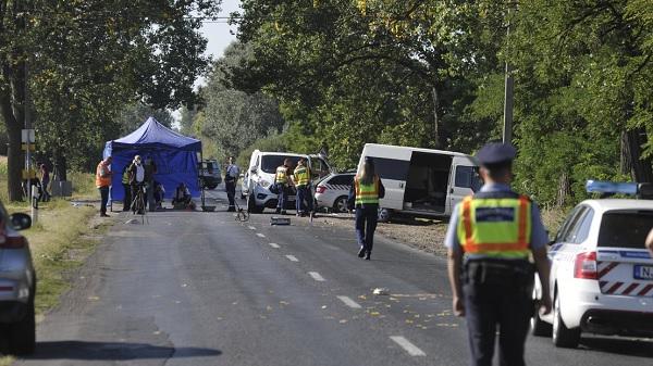 Hat embert elgázolt egy kisbuszos, miután buszmegállóba csapódott – Két ember, köztük egy gyermek életét vesztette